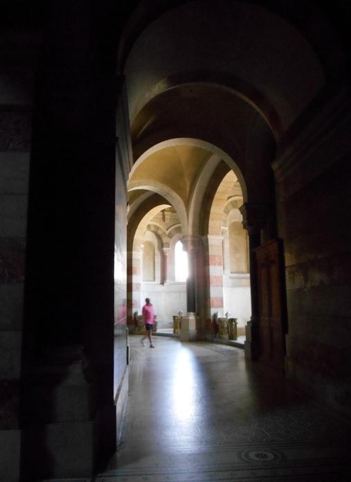Chemin qui contourne toute la nef, avec différents sanctuaires